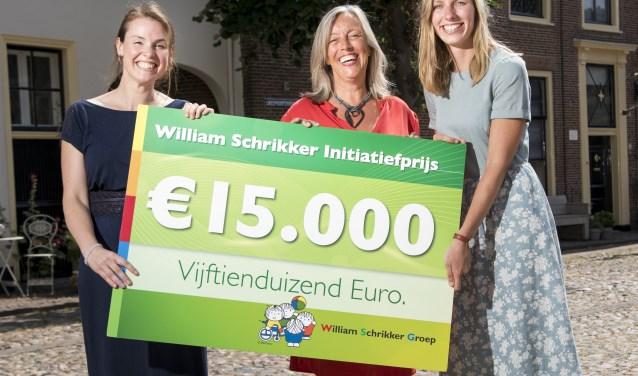 Stagebegeleider Wilma Louwerse, directeur irene Domburg en stagiair Lisanne Timmerman van Handjehelpen met hun cheque
