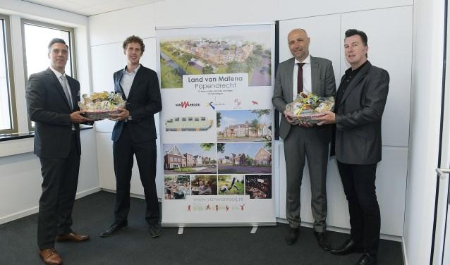 Burgemeester Aart-Jan Moerkerken en wethouder Arno Janssen (links en rechts) brengen de felicitaties over. (foto: Richard van Hoek)