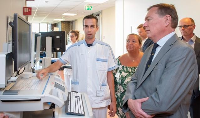 Minister Bruno Bruins krijgt op de verpleegafdeling uitleg over medicatieveiligheid van verpleegkundige Jelmer van Leeningen. (foto Bert de Graaf)