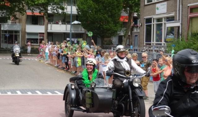 Juf Bertine arriveert in motor met zijspan bij de Regenboog