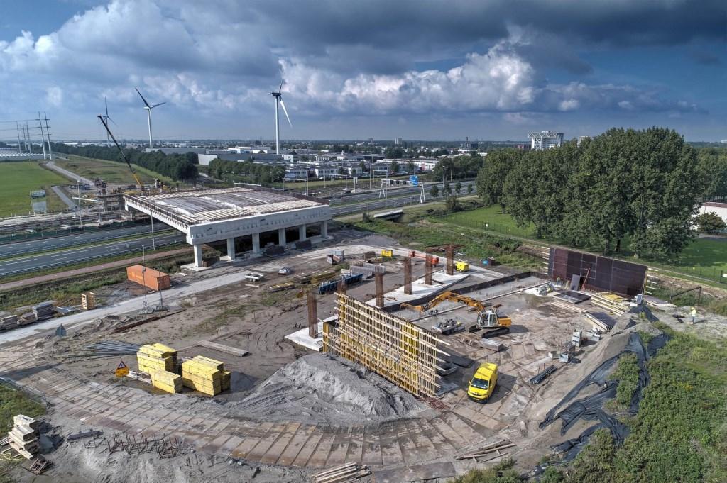 Er wordt al een flinke tijd aan Station Lansingerland-Zoetermeer gebouwd. Deze foto is van vorig jaar.