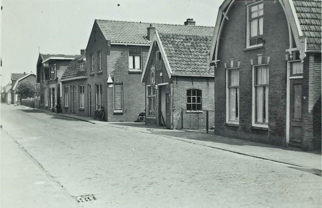 Dorpsstraat in Benthuizen met aan de rechterkant de smederij.  © Persgroep