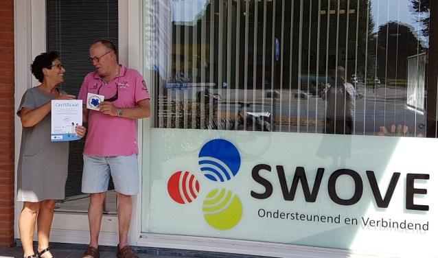Een SWOVE-vertegenwoordiger neemt het certificaat in ontvangst. FOTO: SWOVE.