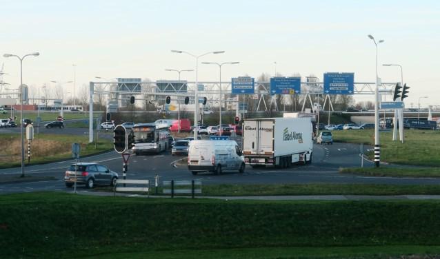 De huidige IJsselmondse Knoop, gezien vanaf het kantoor van het Waterschap in de richting van de A15. (foto GvS)