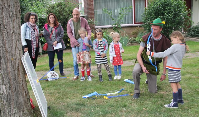Robin Hood leerde de kinderen schieten met pijl en boog. (foto: eigen foto)
