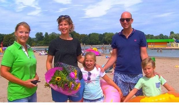 Trude verwelkomt de 100.000ste bezoeker Maarsseveense Plassen- de familie Diepenink. Foto: RTV Stichtse Vecht