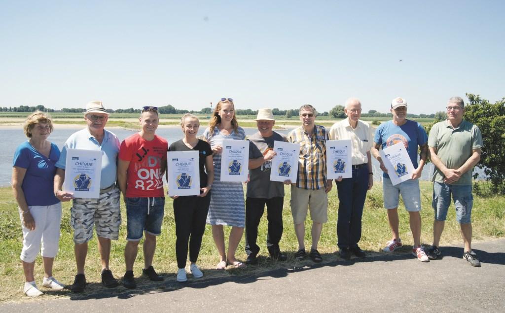 Deelnemers van alle partijen aan de pilot met een cheque van de gemeente ter waarde van 500 euro.