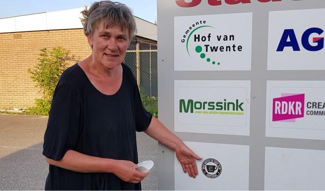 Ina van de Riet met fairtrae koffie en thee sticker