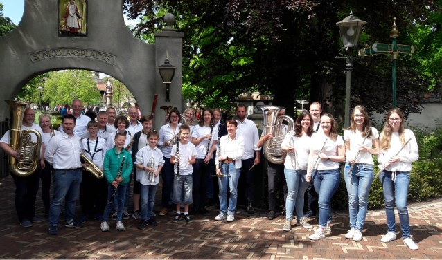 Het leerlingenorkest van Sint Radboud voig jaar in de Efteling