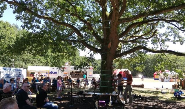 Beschermvrouwe Maureen Barkey belooft met hart en handen voor deze Wereldboom te zorgen. Foto IngerMarlies Leeuwenburgh