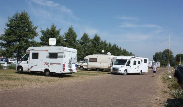 De camperplaatsen bij de haven van Hattem zijn erg in trek. Er kunnen tot 31 augustus tien campers meer staan.