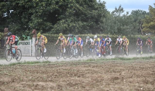 Het peloton krijgt meerdere gravel- en keienstroken voor de kiezen in de Ronde van de Achterhoek