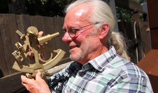 Fred Knoops met een sextant waarmee hij ooit op zee zijn positie bepaalde. FOTO: Ad Adriaans.