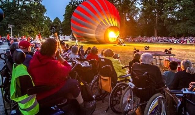 In 'Cirque Inextremiste' proberen psychiatrische patiënten met behulp van een heteluchtballon uit een inrichting te ontsnappen.