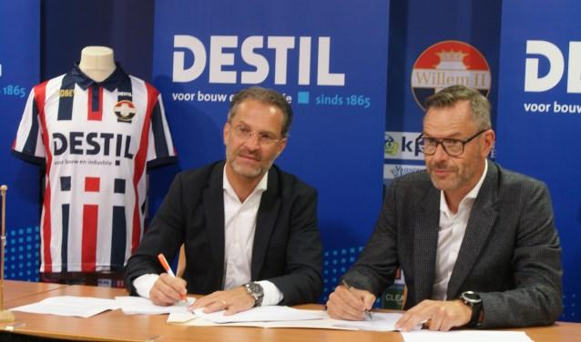 Berry van Gool (links, algemeen directeur Willem II) en René Kars (directeur DESTIL) tekenen het sponsorcontract voor twee jaar.