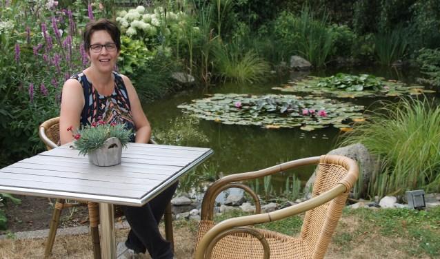 Gea Tolkamp neemt even een rustpauze voor de foto in haar prachtige tuin. Foto: Lineke Voltman