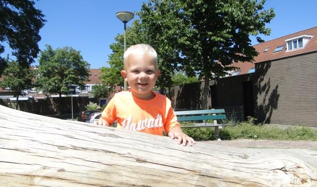 De kleine Mattan vermaakt zich prima op de boomstam die als speeltoestel is neergelegd aan het Jan Seppenplein