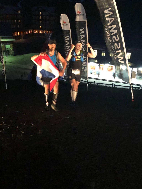 Na 17,5 uur kwam Sander (rechts) als 127e deelnemer over de finish.  Foto: Lisa Brandsen © Persgroep