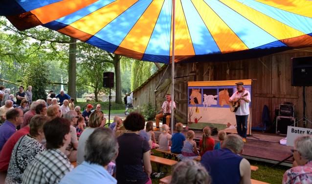 Platfestival Muzikanten zingen liedjes in het dialect uit het grensgebied van de Achterhoek en het Westmünsterlan