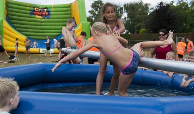 Kinderen vermaken zich volop tijdens de speelweek in Hulhuizen. Zeker de waterspelletjes zijn in trek. (foto: Ellen Koelewijn)