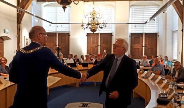Burgemeester Wim Groeneweg feliciteert de nieuwe wethouder en wenst hem veel succes.