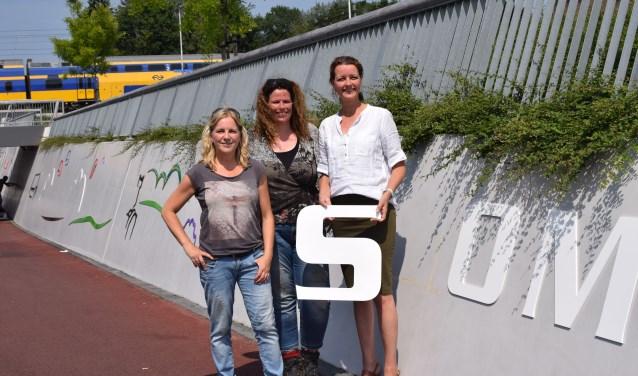 Van links naar rechts: kunstenaars Heleen van Keulen en Paulien Tempelman en wethouder Hester Veltman.