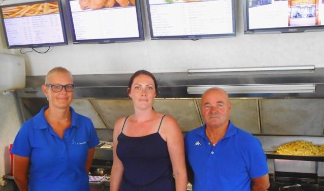 Evelien Waterreus (m), is de trotse nieuwe eigenaresse van snackbar 't Zwaantje. (Foto: Bart van der Linden)