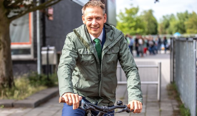 """Wethouder Michiel van Willigen op de fiets. """"Het zou mooi zijn als inwoners van Zwolle zich sterk verbonden blijven voelen aan deze stad en de regio."""" (Foto: Frans Paalman)"""