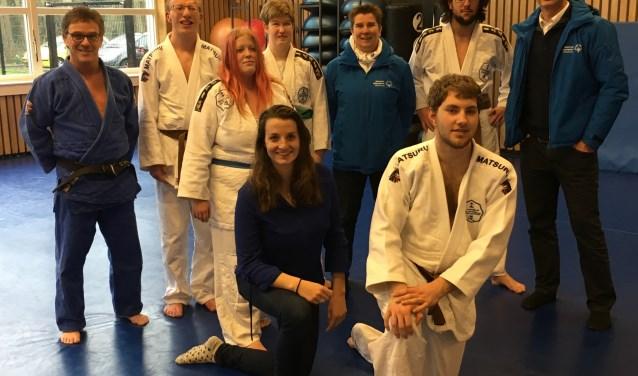 De vijf judoka's en begeleiders van de sportschool van Tino Hoogendijk, die mee mogen doen met de Special Olympics.(Foto: Ruud Ham)