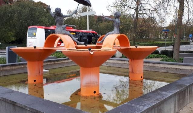 De fontein Spelende Kinderen staat sinds maart 2013 voor het station waar het bezoekers verwelkomt.