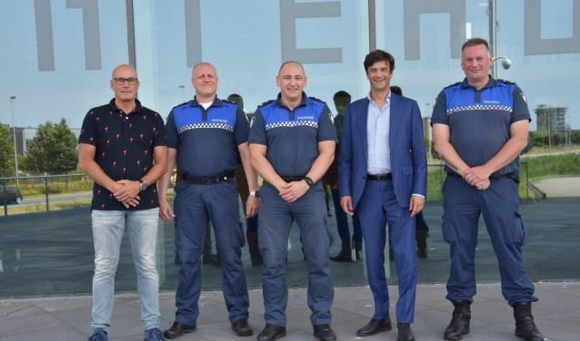 Van links naar rechts: wijkcoordinator Ad Fortuin, Erik Kuijper, Stefan Nobel, burgemeester Pieter van de Stadt en Patrick Labrijn
