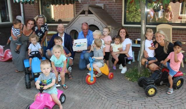 Wethouder Van de Laar heeft de taart overhandigd aan de heer Stroe, beheerder van kinderdagverblijf 't Strijpje.