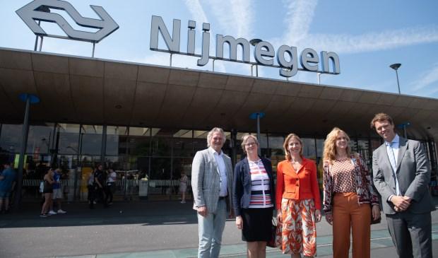 Pier Eringa (directeur ProRail), Conny Bieze (gedeputeerde Provincie Gelderland), Stientje van Veldhoven (staatssecretaris IenW), Harriët Tiemens (wethouder Nijmegen), Joost van der Bijl (Regiodirecteur NS).