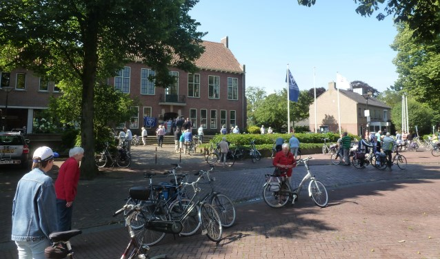 Drukte bij het starten van de fietstocht