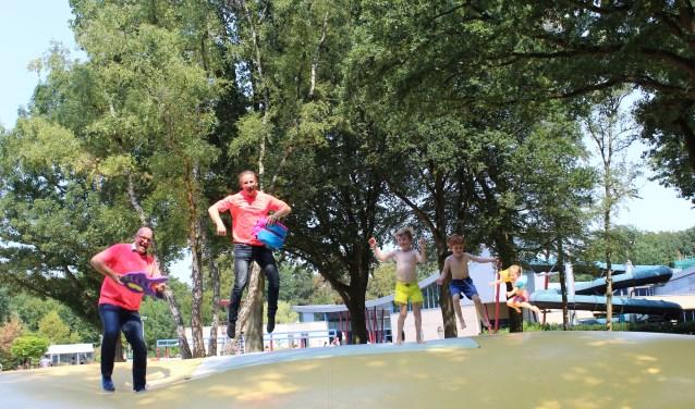 Bart Dekker, manager Sport regio Eemland en zweminstructeur Gerrit Meijers. FOTO: Lydia van der Meer