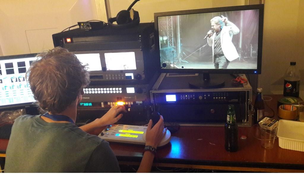 In de regiekamer: met een soort van joystick komen de verschillende beelden samen. Het uiteindelijke resultaat is op een groot scherm op het podium te zien. (Foto: Martin Brink)  © Persgroep