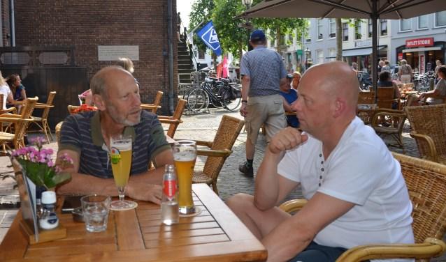Jan van der Horst (l) en Frank Lakerveld bespreken hun missies voor PUM (Project Uitzending Managers). Beiden hebben nog contact met hun opdrachtgevers, die soms ook in Nederland een vakbeurs bezoeken. FOTO: Ben Blom
