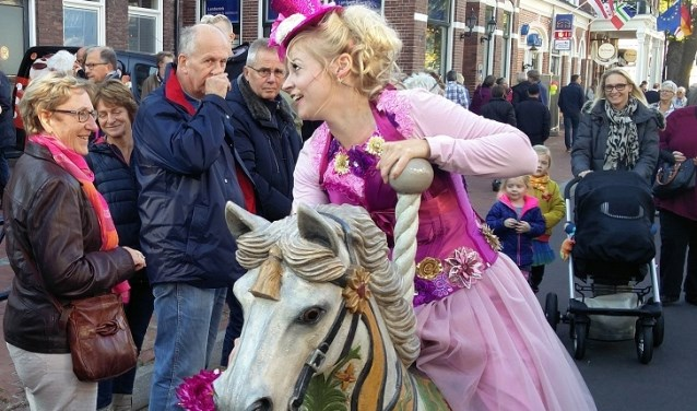 De dame te paard zingt Hollandse liedjes. (foto: pr)