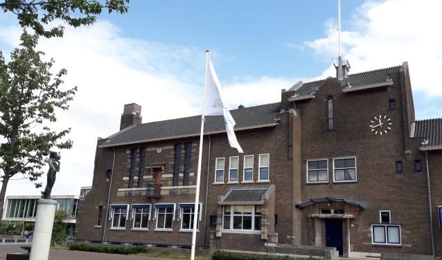 De cijfers werden bekendgemaakt op het gemeentehuis van Zwijndrecht. (foto: Nanda van Heteren)