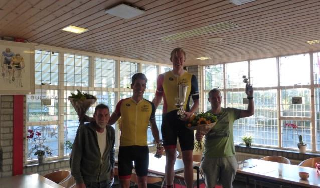 Get Morren met de top drie van de wedstrijd om de Gert Morren Bokaal.