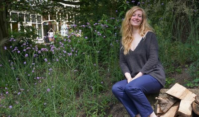 Maureen Klijn in haar paradijselijk Thedinghsweert.  ( Foto: Jan Woldberg )