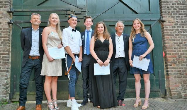 De initiators van de LCAward Jan van den Heuij (links) en Anno Koning met de trotse gouden en zilveren winnaars van de Award trots lachend met hun onderscheiding en oorkonde. V.l.n.r Merel Balduk, Jairo in der Beeck, Doekle Brolsma, Noortje Rutjes en