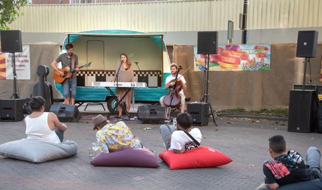 Er traden zaterdag 11 singer- songwriters uit de regio van Deventer en Zutphen op in het centrum. (Foto: Willem Feith)