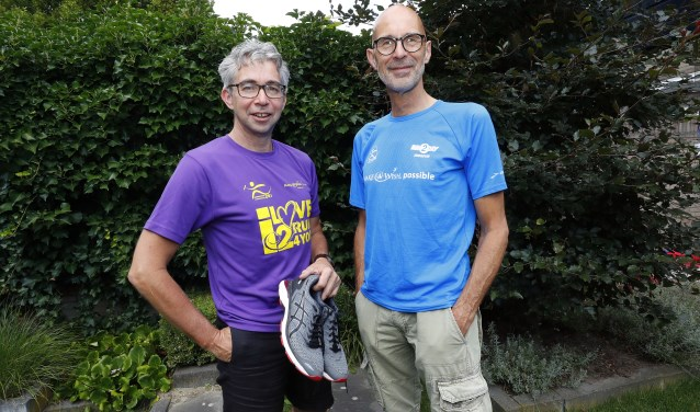 """Jacobs en Gundlach: """"Het Is veel werk.""""Jacobs: """"Ik merk dat ik nu al bezig ben met het 10-jarig bestaan!"""" En beiden verzuchten: """"Volgend jaar een hoofdsponsor, dát zou geweldig zijn!"""" FOTO: Bert Jansen."""