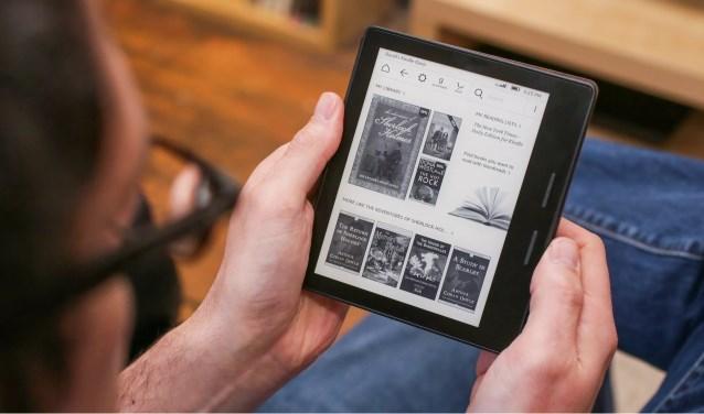 Boeken op een e-reader nemen veel minder ruimte in beslag in de koffer dan gewone boeken. Foto: ZINiN.