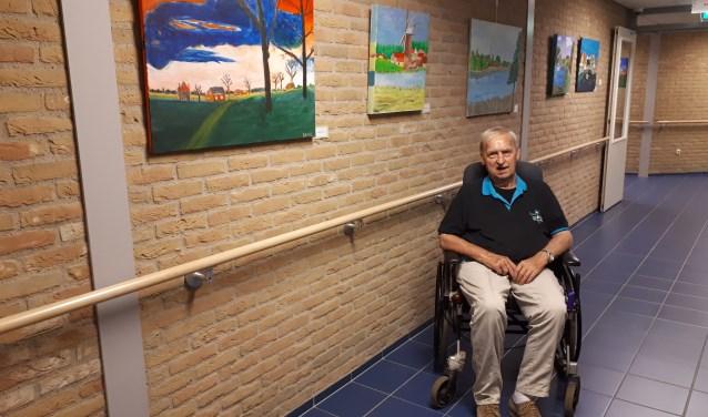 Bennie Smit bij zijn schilderijen.