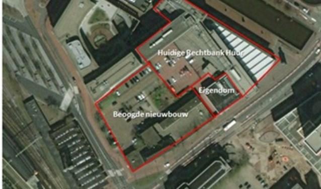 Luchtfoto van het huidige gerechtsgebouw en de nieuwbouwlocatie