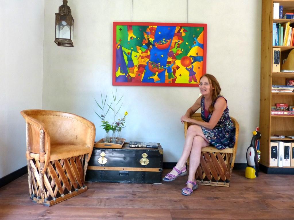 Odilia bij een van de geëxposeerde werken van Ida Roekevisch.   © Persgroep