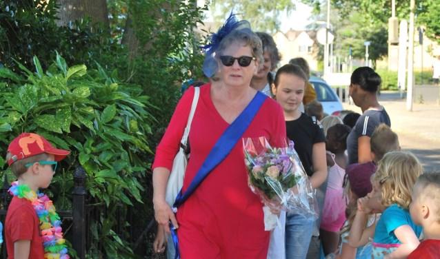 Juf Everine op weg van huis naar school