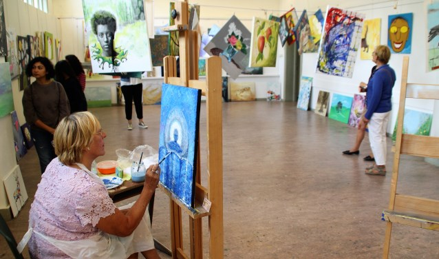 Herma Weersma-Visser aan het werk in het 'Waslijn' project in de Vrije Academie bij de expositie Meester-Leerling. Foto Dick Baas